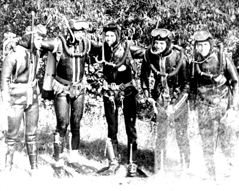 stare zdjęcie grupy nurków