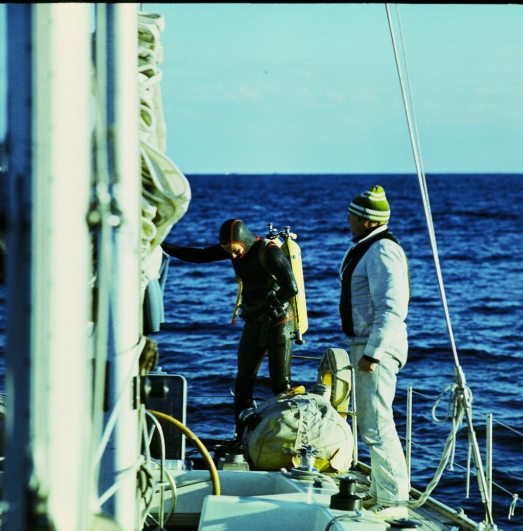 przygotowanie do skoku do wody z łodzi